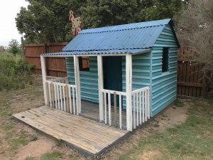 Kinderhaus mit einer Terasse.